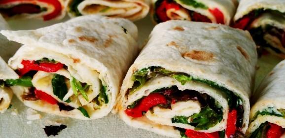 Vegan wrap met hummus en paprika